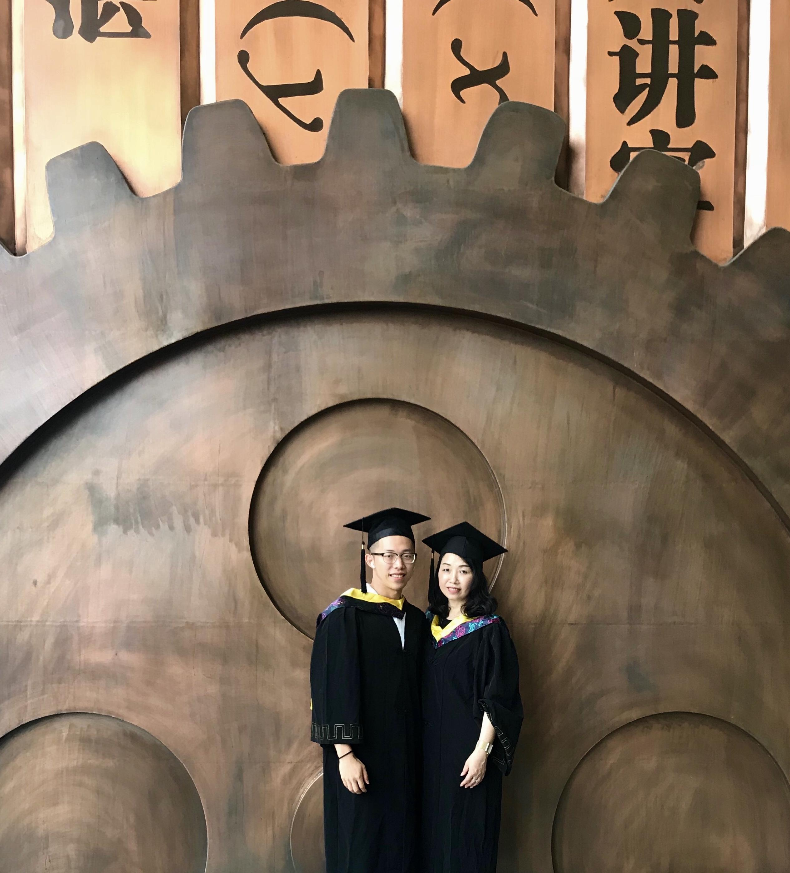 和妈妈一起拍毕业照.jpg
