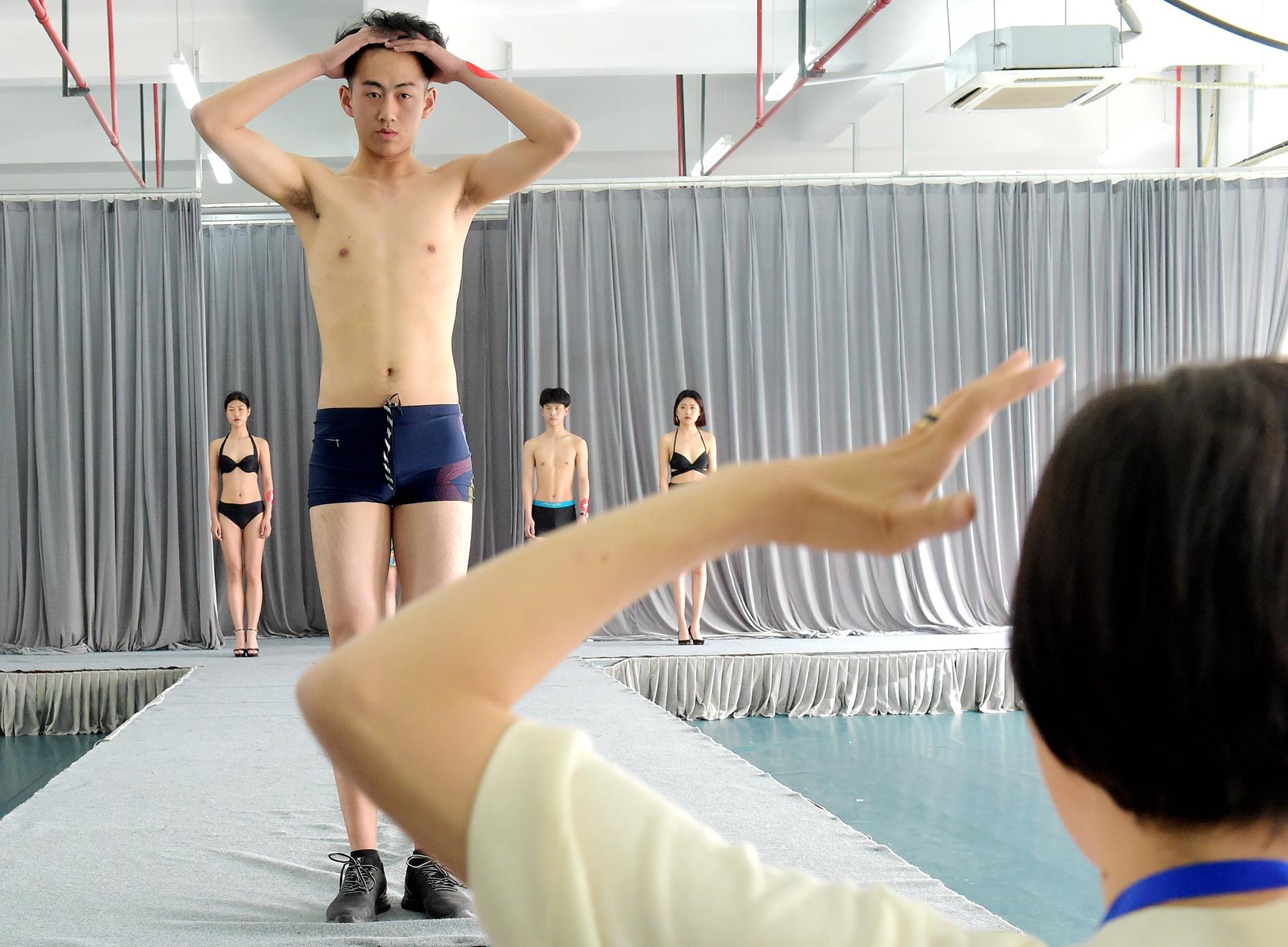 图为服装表演专业考生在形体测试 (1).jpg