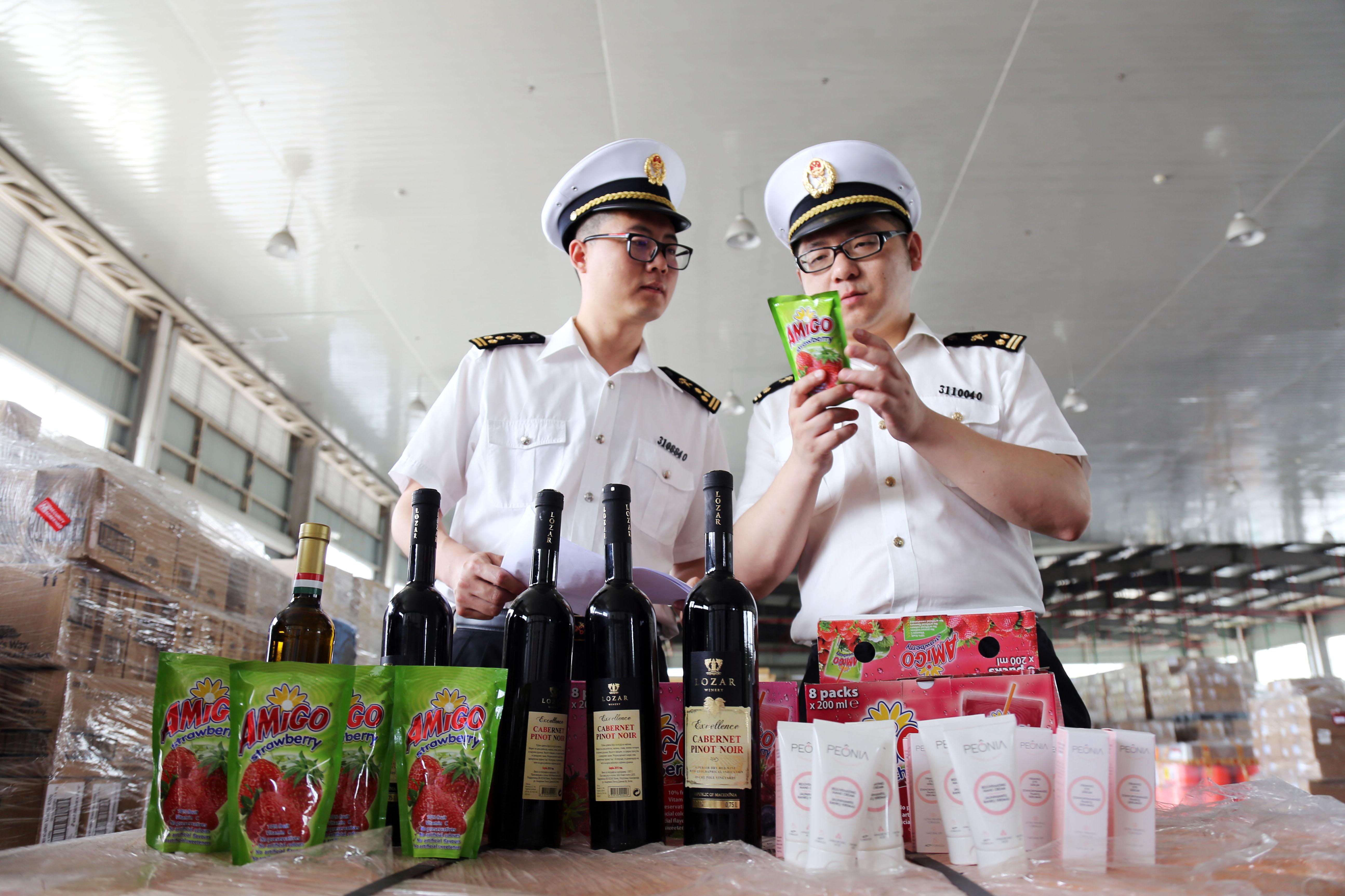宁波机场海关快速验放本届中东欧博览会首票展览品2.jpg