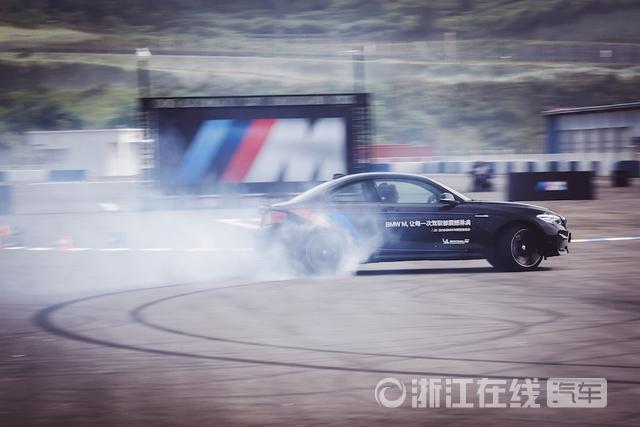 07.新BMW M2双门轿跑车激擎回旋.jpg