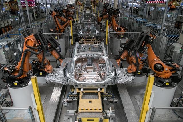 4.焊装车间引入的是世界顶级的KUKA(库卡)柔性生产线,共装配了285台KUKA机器人,主焊线自动化程度达100%.JPG