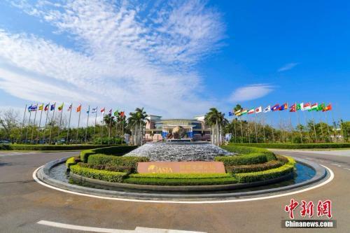 资料图:博鳌亚洲论坛国际会议中心前广场喷泉。中新社记者 骆云飞 摄