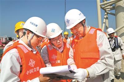港珠澳大桥岛隧工程总工程师林鸣(右一)图片