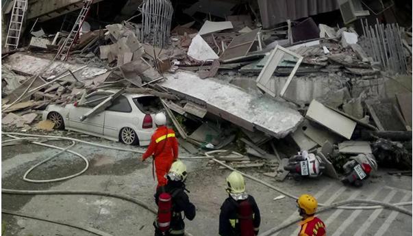 【视频】行车记录仪记录台湾花莲地震楼房倾倒瞬间