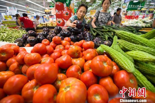 山西太原民众在超市选购蔬菜。 张云 摄