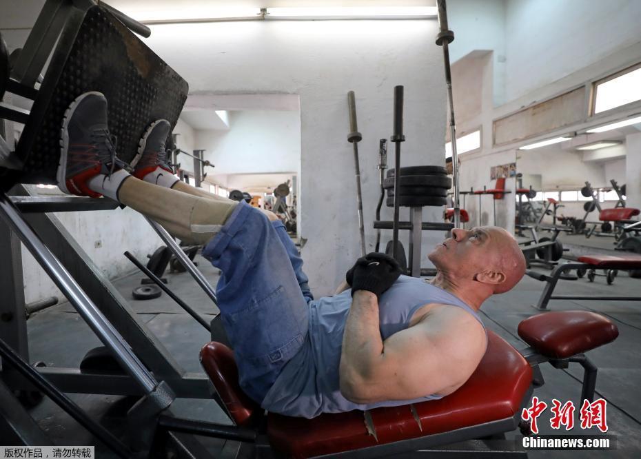 埃及80岁老人坚持健身 举铁卷腹练就一身肌肉