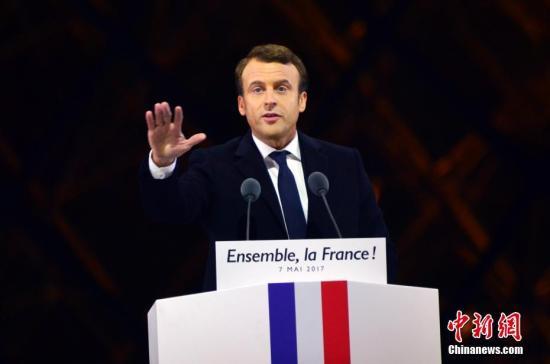 马克龙在巴黎卢浮宫前举行的庆祝胜选集会上讲话。 <span target='_blank' href='http://www.chinanews.com/'>中新社</span>记者 龙剑武 摄