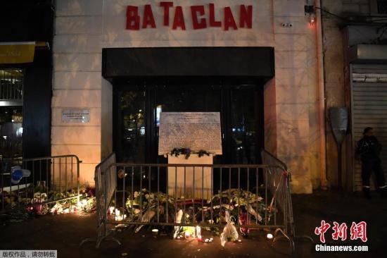 2017年11月13日,法国巴黎民众举行纪念仪式,纪念两年前在巴黎恐袭事件中遇难的受害者。