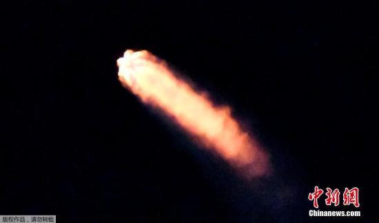 """资料图:当地时间2018年2月22日,美国太空探索技术公司SpaceX在范登堡空军基地成功地发射了一枚""""猎鹰9号""""火箭,将其两颗互联网实验卫星Microsat 2a和2b送入轨道。发射的""""猎鹰9号""""火箭除了搭载自家的两颗互联网实验卫星,还把西班牙客户Hisdesat公司的PAZ卫星送入轨道,该卫星是西班牙首颗雷达观测卫星。"""