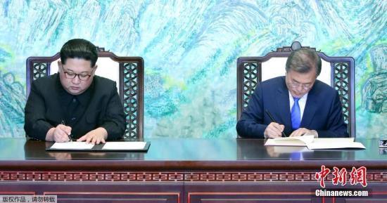 当地时间4月27日,韩朝首脑会晤在板门店举行,文在寅和金正恩跨越军事分界线实现历史性握手。双方领导人在经过一天会谈后,共同签署了《板门店宣言》,双方确认了通过完全弃核实现半岛无核化的共同目标,争取年内宣布结束战争状态,实现停和机制转换。图为签署仪式现场。