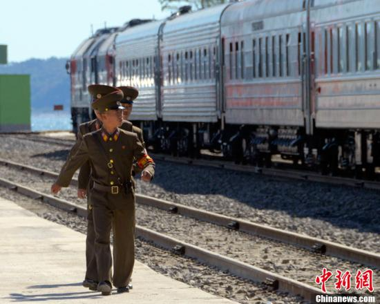 当地时间2013年9月22日,俄罗斯与朝鲜重开了一段长约54公里的铁路。该铁路段从俄罗斯东部边境城市哈桑Khasan通往朝鲜罗津Rajin,全长54公里,将用来输出煤炭,并输入来自韩国和其他亚洲国家的商品。图为朝鲜士兵走在铁路旁。