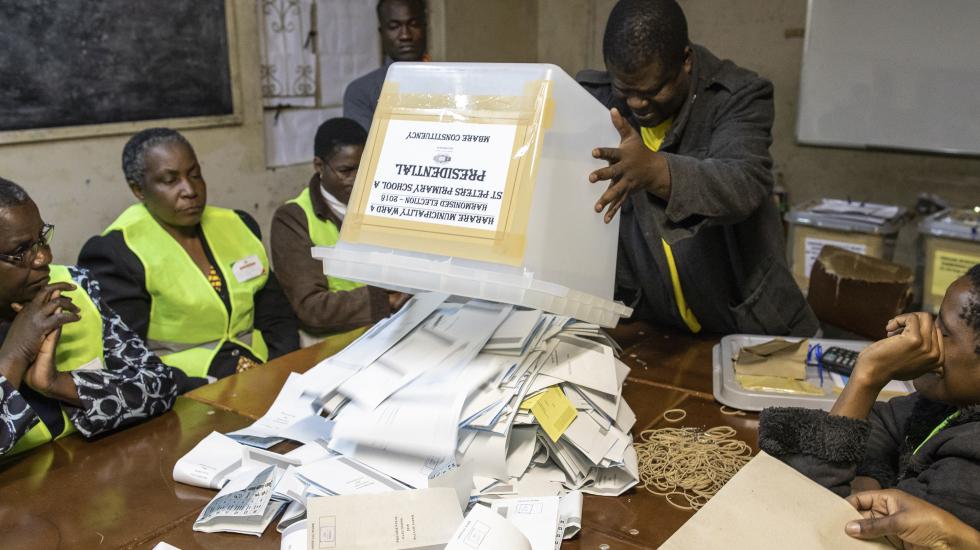 津巴布韦大选投票结束 工作人员彻夜计票