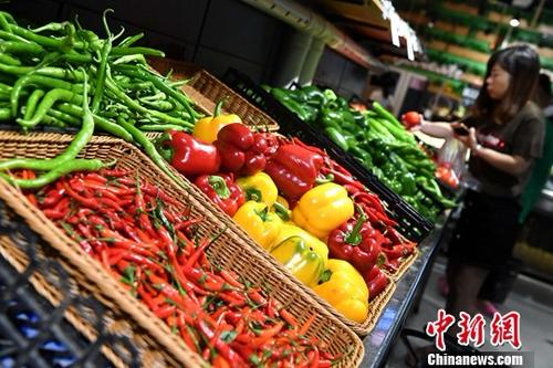 10月16日,中国国家统计局发布的数据显示,9月份,全国居民消费价格(CPI)同比上涨1.6%,涨幅比上月回落0.2个百分点。1至9月平均,全国居民消费价格总水平比去年同期上涨1.5%。图为10月11日市民在福建省宁德市一超市选购蔬菜。<span target='_blank' href='http://www.chinanews.com/'>中新社</span>记者 张斌 摄