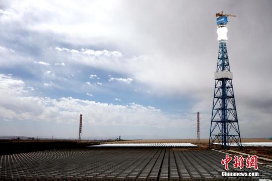9月23日,中国·德令哈光热大会在青海省海西州德令哈市闭幕,国家能源局新能源和可再生能源司副司长李创军在大会期间表示,中国近十年可再生能源装机容量达到6亿千瓦,居全球首位。图为青海德令哈10MW塔式光热电站,这也是中国第一座、全球第六座建成的塔式光热电站。 <span target='_blank' href='http://www.chinanews.com/'>中新社</span>记者 孙睿 摄