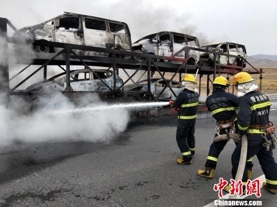 新加坡金沙娱乐官网:货车运输途中起火_所载10辆新车被烧成铁壳