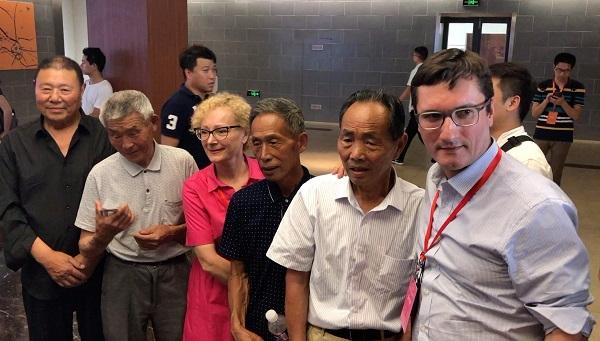 外国政党代表与40年前在土地承包责任书上按下红手印的小岗村民合影