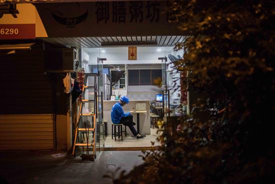6月18日,杭州,老詹等待取餐。许康平/摄