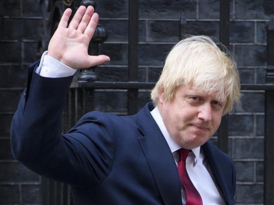 特蕾莎·梅党首地位动摇 或将英外交大臣降职?