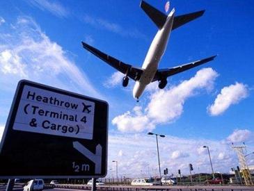 """机场安保文件竟被路人""""捡到"""" 英国女王的乘机信息遭泄露"""