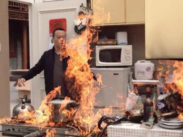 小厨房隐患多——灶台抽检两成不合格 油垢成消防定时炸弹