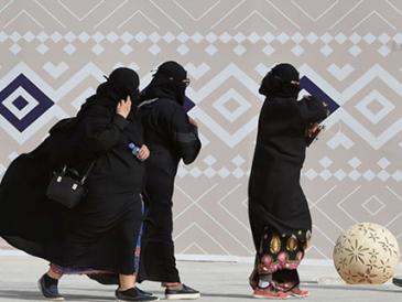 """为改革""""试水""""民意?沙特高级别宗教人士公开称女性不应穿长袍"""
