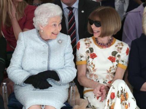 """伦敦时装周上的""""王者""""与""""魔鬼"""":伊丽莎白二世与""""时尚女魔头""""排排坐"""