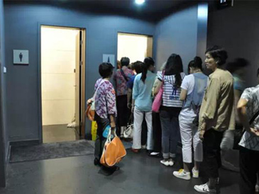 """如何解决男厕空荡荡女厕排长队现象?女厕""""瞬间增位""""杭州有先例"""