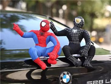 """装个""""蜘蛛侠""""趴车顶很拉风?亲,你已经违法了!"""