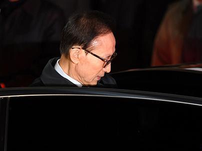 """韩前总统李明博深夜被关押入狱 住""""单间"""" 难入眠"""