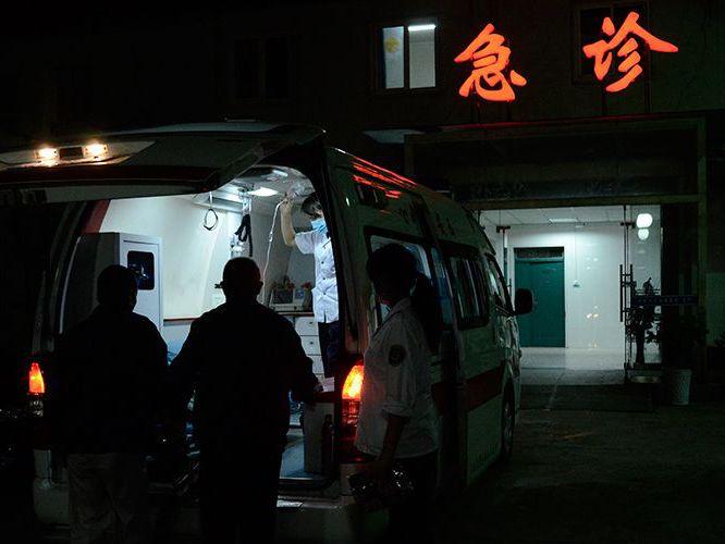 救护车走高速被拦停缴费引热议 究竟该不该交费?