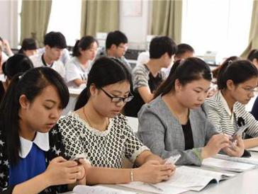 """超八成大学生为""""手机控"""" 日均使用手机超5小时"""