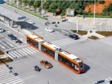 """中国制造""""跑""""上大马路 全球首列没有轨道的电车来了"""