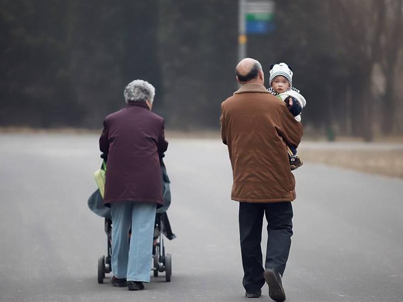 """中国""""老漂族""""生存现状:专程照顾晚辈比例达43%"""