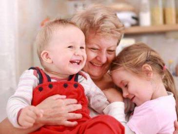 奶奶该不该带孙子话题引发网友热议 你家是怎么解决的?