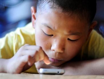 """孩子沉迷玩手机 小心颈椎病找上小""""低头族"""""""
