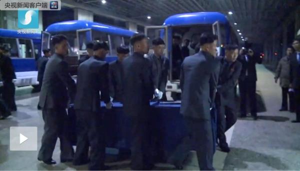 澳门威尼斯人电子游艺:遇难中国游客遗体和伤员送返国内_金正恩亲自送行