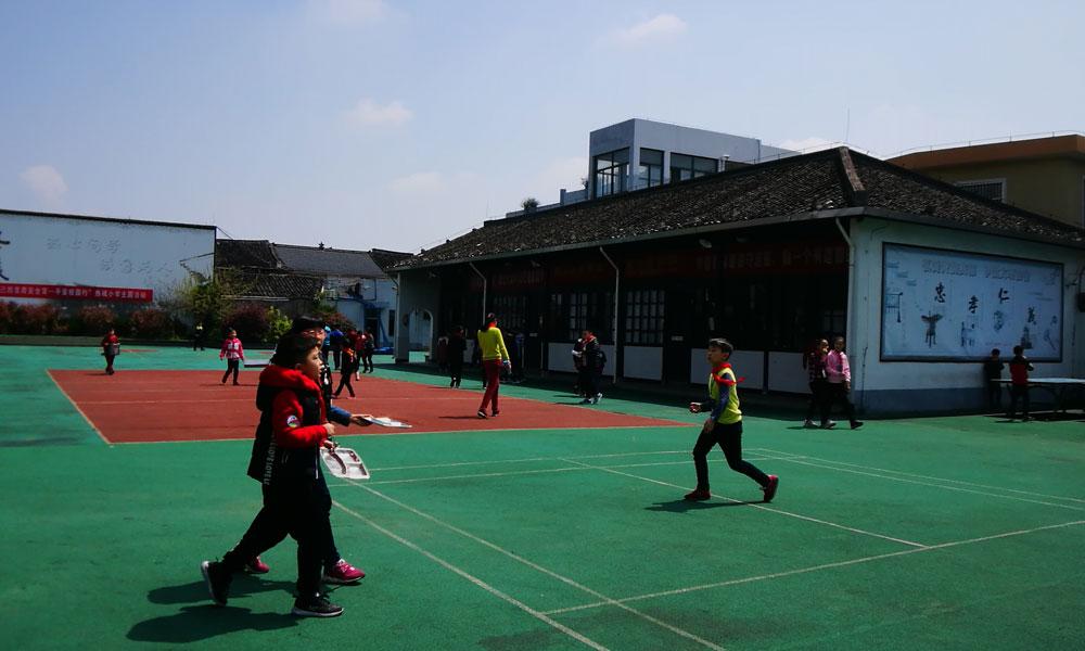 3,这是有着百年历史的东浦锡麟小学。如今学生们走出校园,街边道旁的环境更好了。