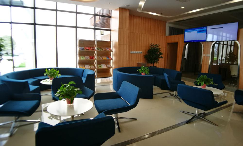 7,小镇客厅里整洁舒适的环境,为前来办理事务的居民提供休憩之处。