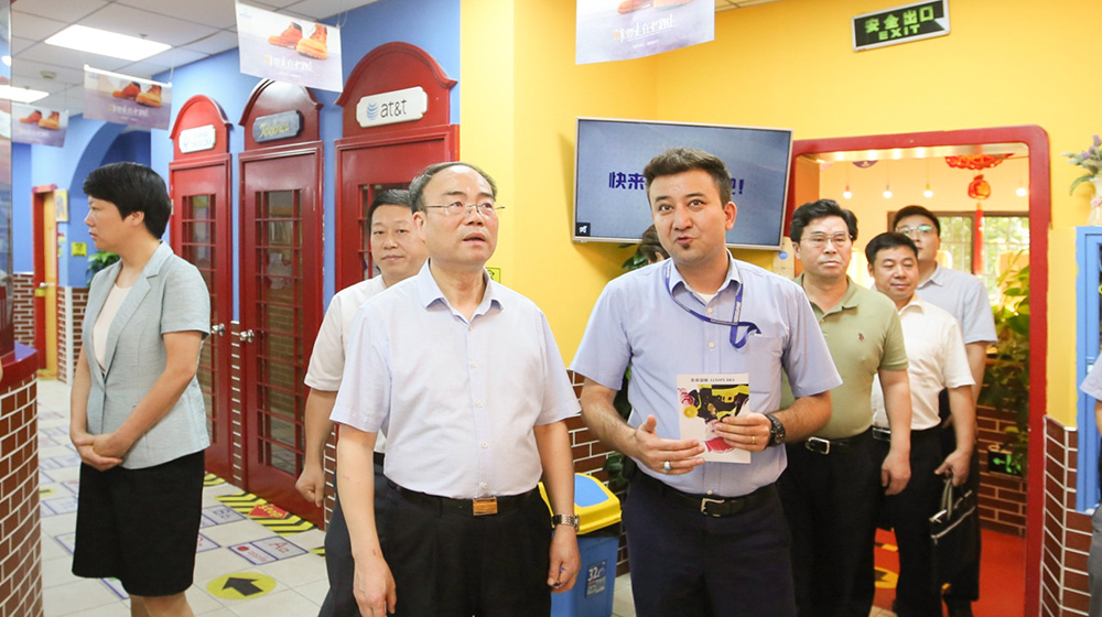 7月24日,马光明副主席率调研组一行听取金华儿童港英语培训中心的办学情况