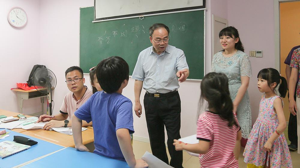 7月23日,马光明副主席率调研组走进阳光艺校,与小学员们互动交流