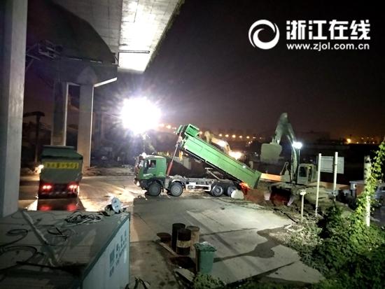 运输车在瓜山(杜子桥)码头卸载渣土.jpg
