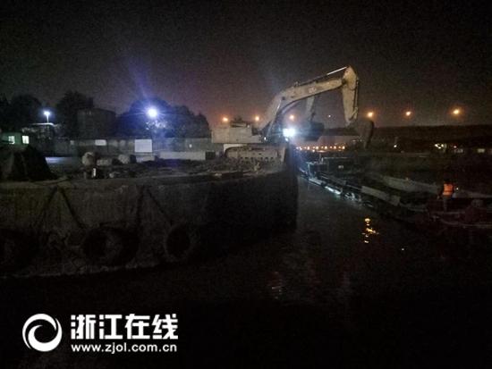 谢村1号泊位挖机、船只正在装运渣土作业.jpg