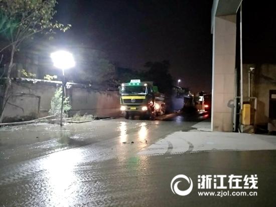 运输车使出谢村1号泊位大门.jpg