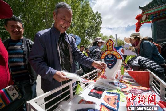 图为西藏民众选购藏戏文创产品。 何蓬磊 摄