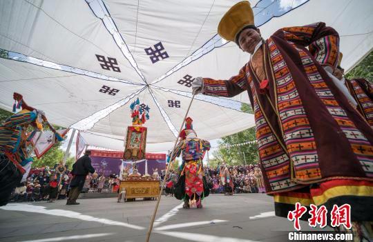 图为藏戏演员正在表演藏戏。 何蓬磊 摄