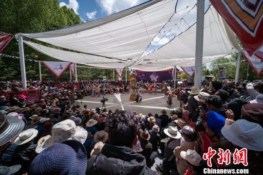 图为西藏民众观看藏戏。 何蓬磊 摄