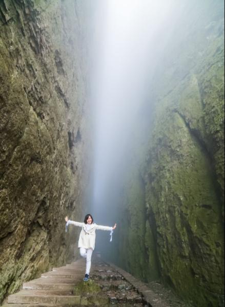 雨雾丝毫挡不住泰国学生Yee在衢州江郎山一线天练瑜伽的热情。.png