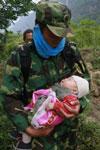 地震中 母亲以死保护着孩子