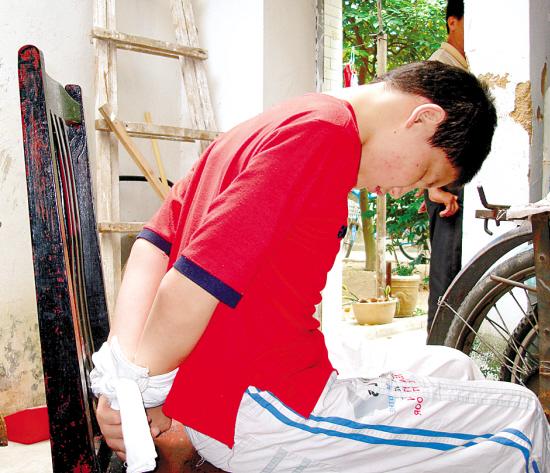 19岁男孩马海涛-男孩患怪病暴打脑袋15年 常常头破血流