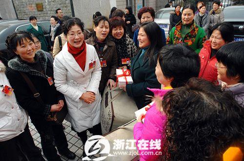 省政协妇联界委员在杭送年货